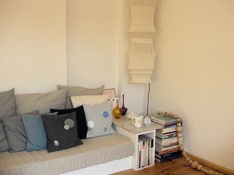диван,подушки,книги,полки,лампа,квартира фото,белая увартира