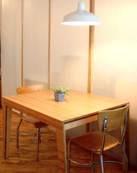 стол ,лампа,обеденный стол