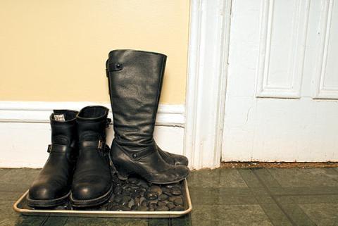 Девушки в грязной обуви фото