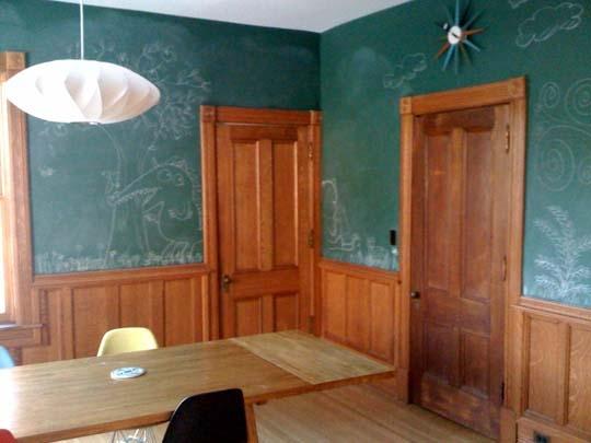 комната,мел,школьная доска,дверь,стол,зал