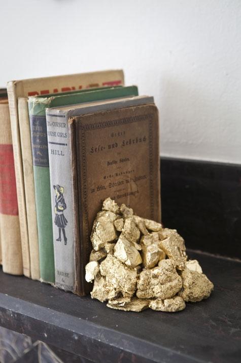 золото,камни,баллончик,краска,клей,палочка,книги,полка