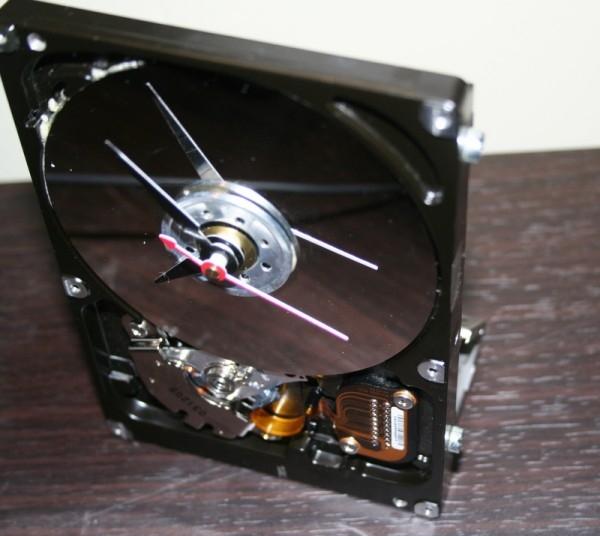 Электронные часы  из жестких дисков 140