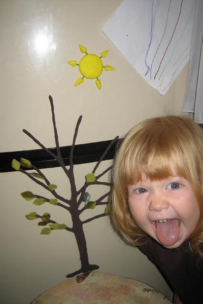 ребенок,холодильник,дерево,солнешко