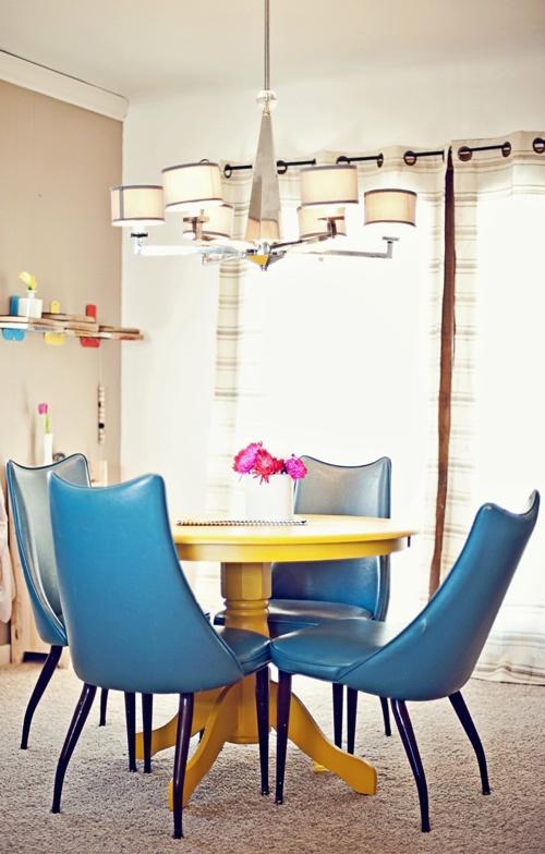 желтый круглый стол, синие стулья