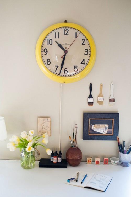 часы,желтые,рабочие место