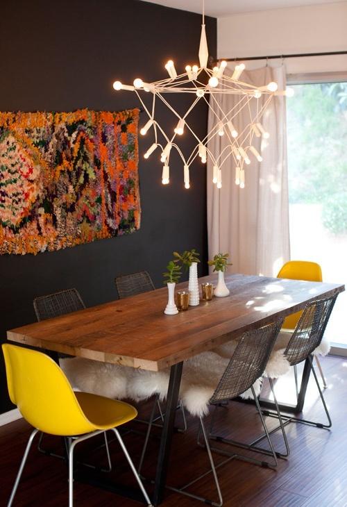 желтые стулья, деревянный стол