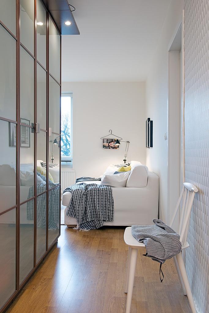 прихожая,туфли,шкаф  купе, диван,окно,стул,Швеция,скандинавский дизайн