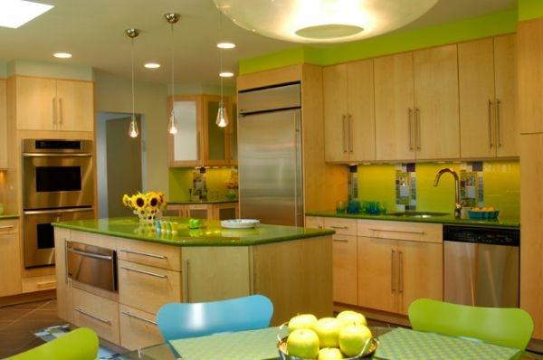Светло зеленая кухня с синим.