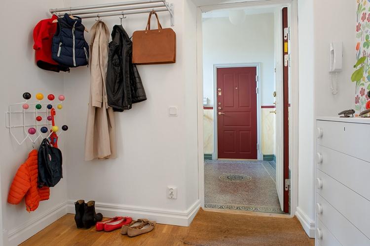 квартира.прихожая,белая,подъезд,приятная плитка,вешалки,пальто,обувь,коврик