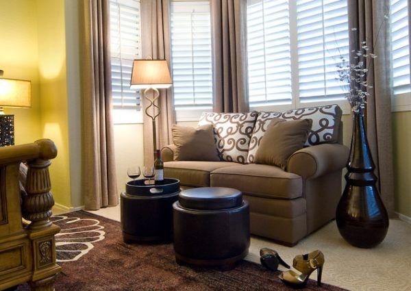 напольная большая ваза,коричневый цвет комнаты,фото,пример,гостиная,журнальный столик,интерьер