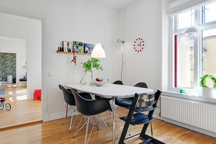 обеденный стол,черные стулья,белая квартира,окно,коридор,ковер.пол,свет