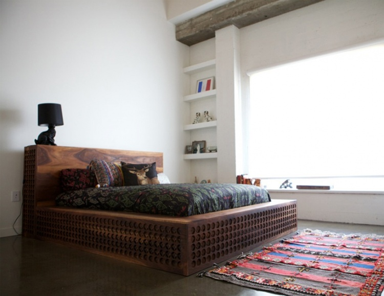 кровать,деревянная,резьба.китайская резьба,традиция, ковер,спальня