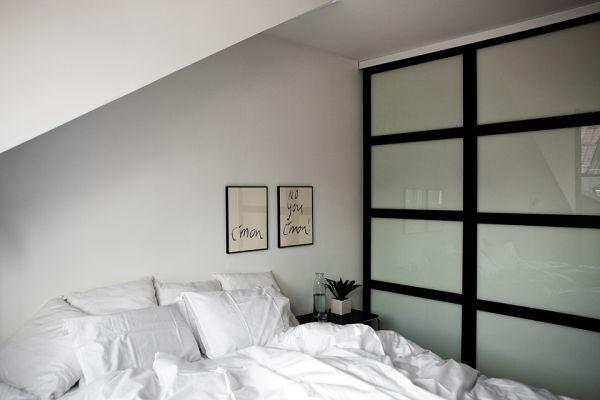 Мансарда,минимализм,черный,белый,квартира,спальня