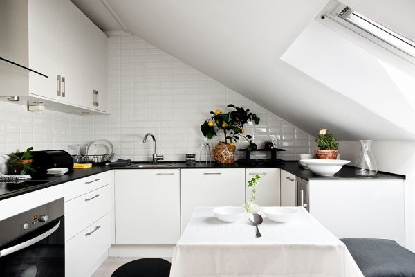 Мансарда,минимализм,черный,белый,квартира,зал,диван,кухня