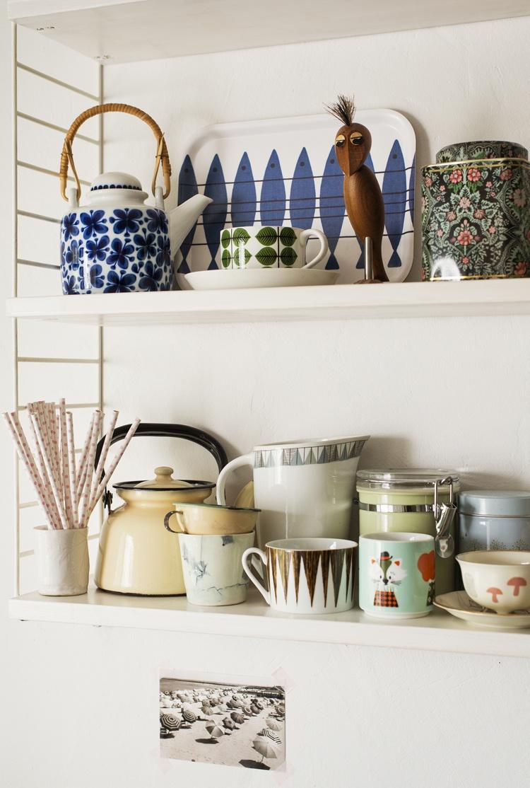 посуда,полка,кружки,тарелки