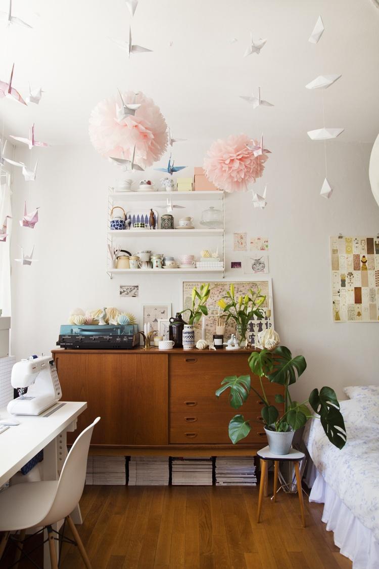квартира,фото,светлая,маленькая,дизайнера одежды,шар из бумаги,журавли,пол,кровать,стол