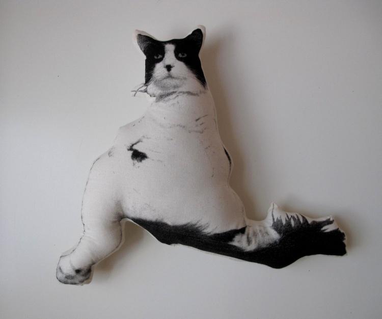 довольный кот подушка
