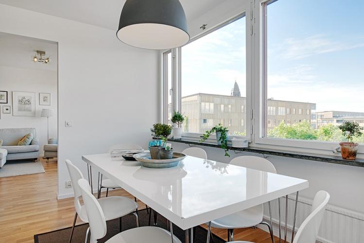 белая квартира,ремонт,фото,4х комнатная,кухня,стол,стулья,окно