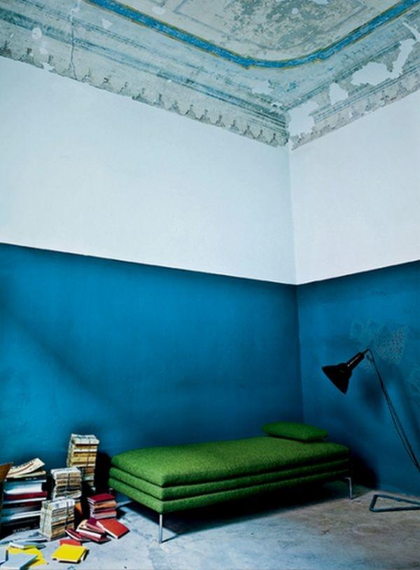 стена,два цвета.голубая,белая,краска