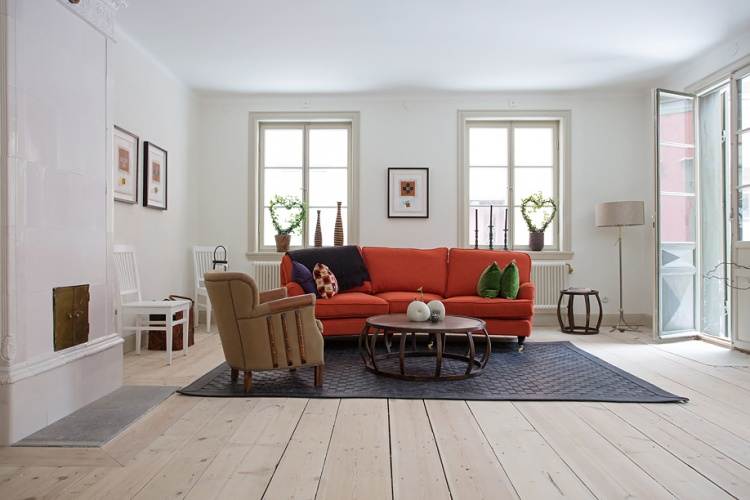 деревенский стиль,квартира,фото,интерьер квартиры,  диван, красный, камин, пол у камину