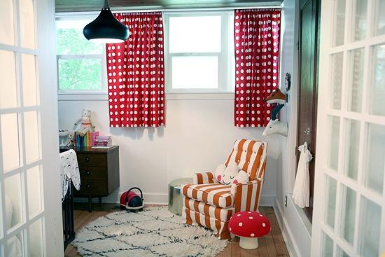 маленькие шторы,кресло,ковер,детская комната