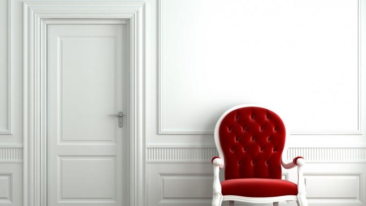 белая дверь,стена,красный стул